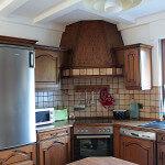 Auch ein moderner Kühlschrank ist vorhanden